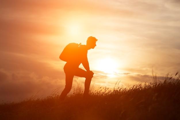 Segui i tuoi sogni, silhouette dell'uomo al tramonto