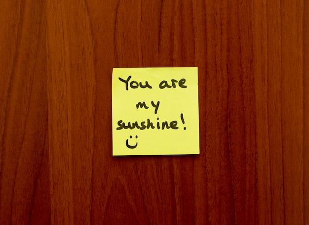 Sei il mio promemoria di promemoria sunhine adesivo giallo su un muro.