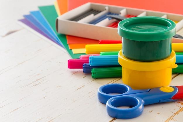Selezione di articoli per bambini su legno bianco