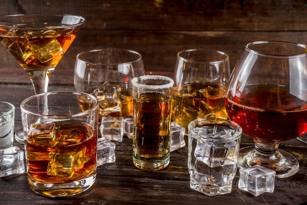 Selezione di bevande alcoliche forti e forti