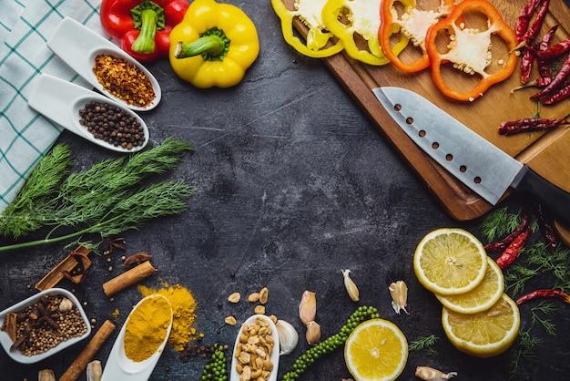 Selezione di cibi puliti e sani. erbe e spezie varie verdure biologiche disposte sul tavolo. materie prime di preparazione alla cottura.