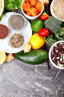 Selezione di cibi sani, alimentazione pulita. frutta, verdura, semi, booster immunitario di coronavirus