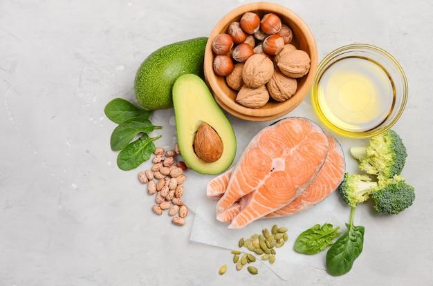 Selezione di cibo sano per cuore, concetto di vita, vista dall'alto, distesi, copia spazio.