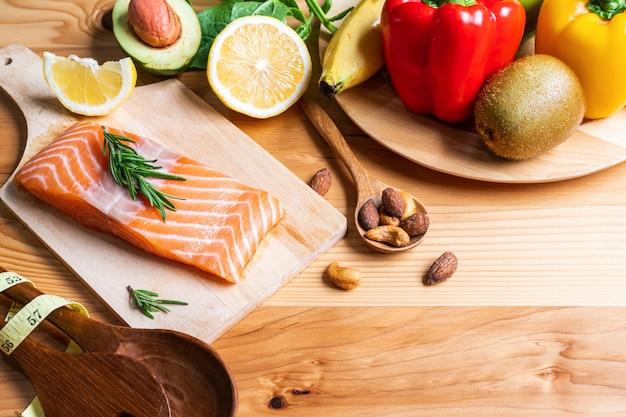 Selezione di cibo sano per il cuore su fondo in legno