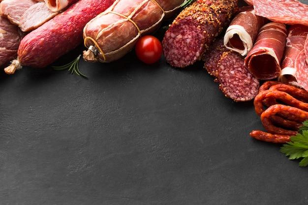 Selezione di close-up di gustosa carne sul tavolo