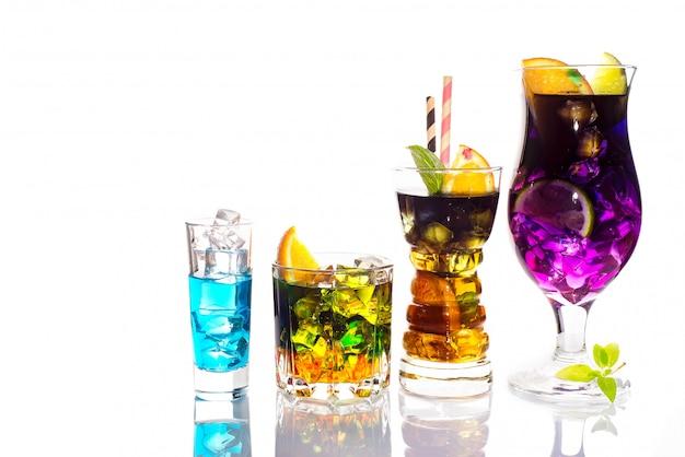 Selezione di colorate bevande festive, bevande alcoliche e cocktail in eleganti bicchieri su bianco