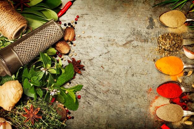 Selezione di erbe e spezie su fondo rustico