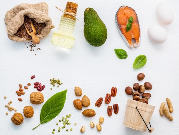 Selezione di fonti alimentari di omega 3 e grassi insaturi per alimenti sani.