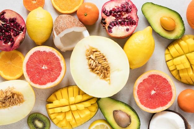 Selezione di frutta esotica vista dall'alto pronta per essere servita