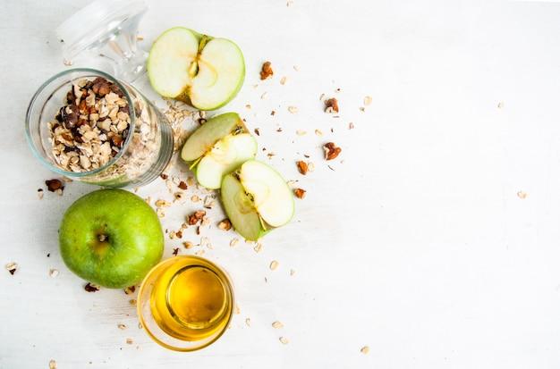 Selezione di ingredienti per cucinare il tradizionale crumble di mele autunnali, copia spazio, vista dall'alto