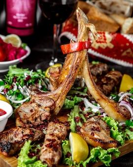 Selezione di kebab sulla scrivania con erbe