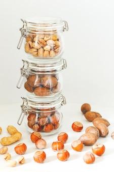 Selezione di noci varie: nocciole, pistacchi e noci pecan in vetro