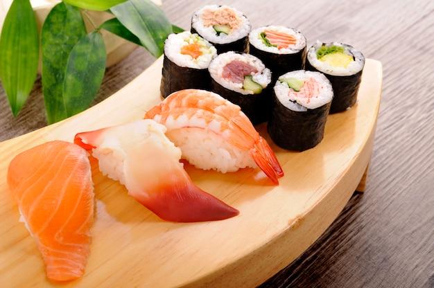 Selezione di piatto di sushi