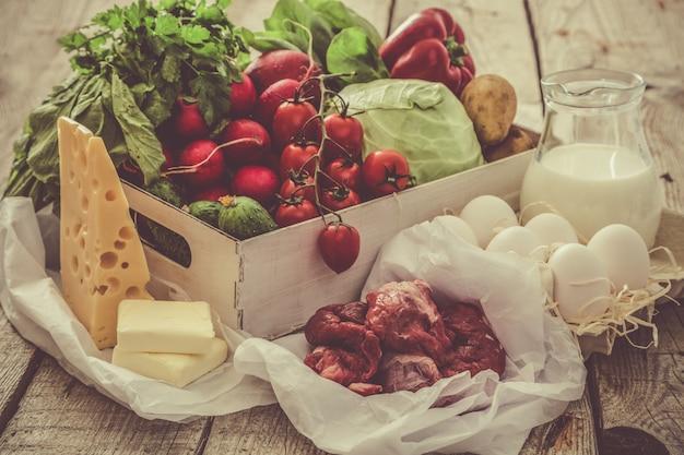 Selezione di prodotti freschi dal mercato degli agricoltori, copia spazio, tonica