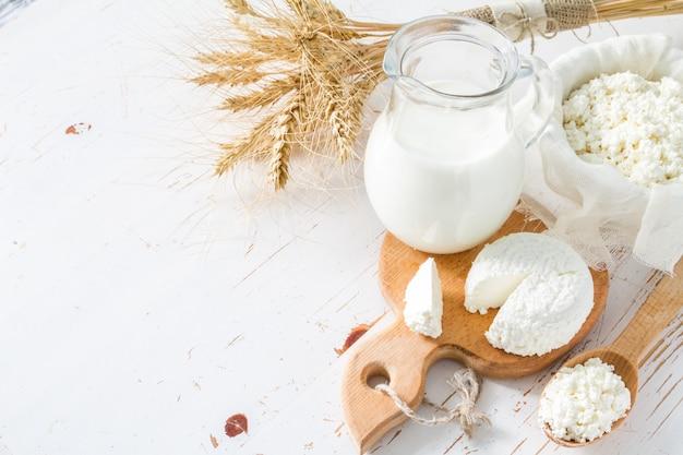 Selezione di prodotti lattiero-caseari e grano