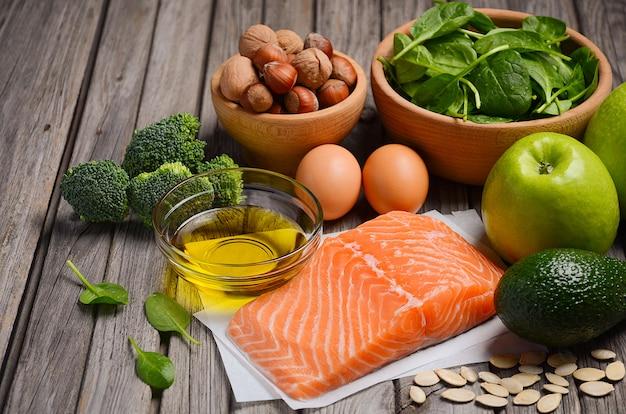 Selezione di prodotti sani. concetto di dieta equilibrata.