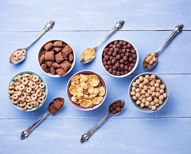 Selezione di vari corn flakes per colazione