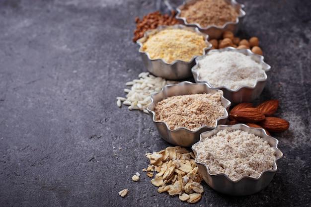 Selezione di varie farine senza glutine (mandorle, grano saraceno, riso, ceci e avena)
