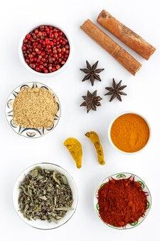 Selezione di varie specie ed erbe in ciotola e cucchiai