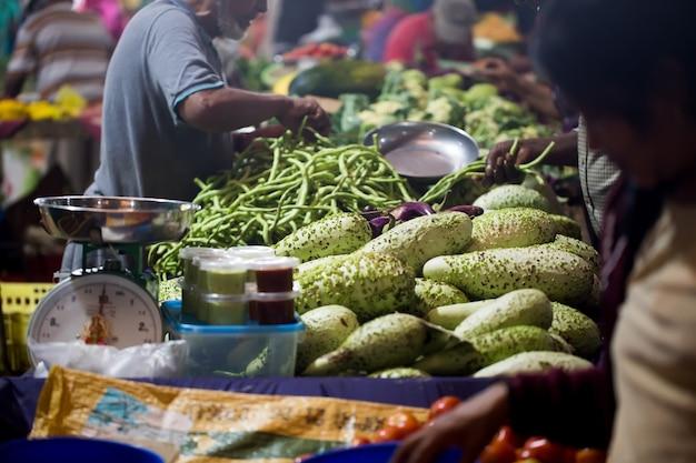 Selezione di verdure dal mercato del contadino a mauritius. il mercato nazionale indiano