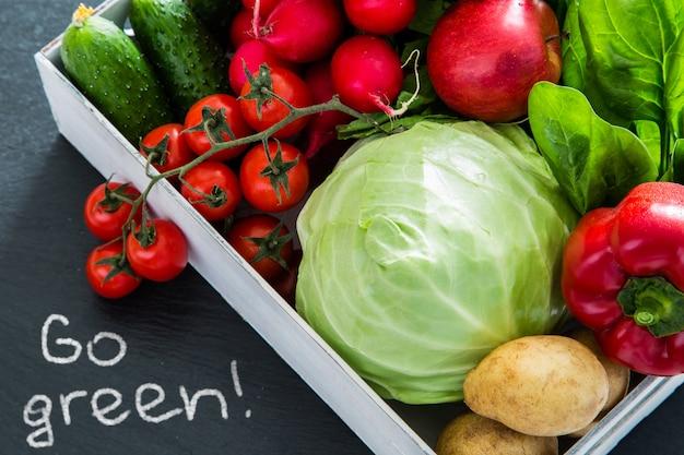 Selezione di verdure fresche dal mercato degli agricoltori