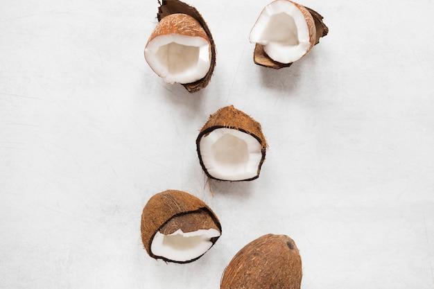 Selezione di vista dall'alto di gustose noci di cocco