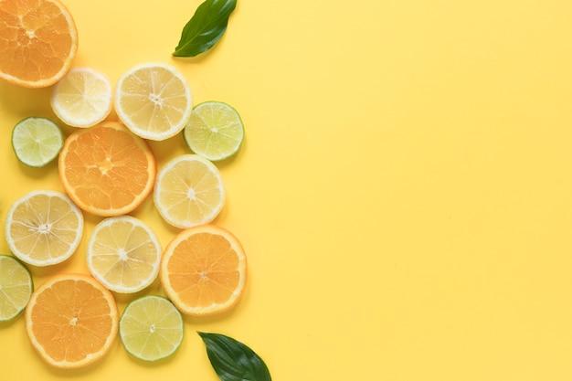 Selezione vista dall'alto di fette di arancia e limone