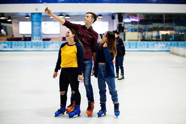 Selfie adolescente insieme al pattino da ghiaccio