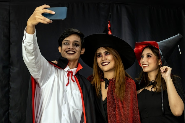 Selfie dell'adolescente halloween party