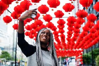 Selfie della donna di origine africana con la lampada rossa