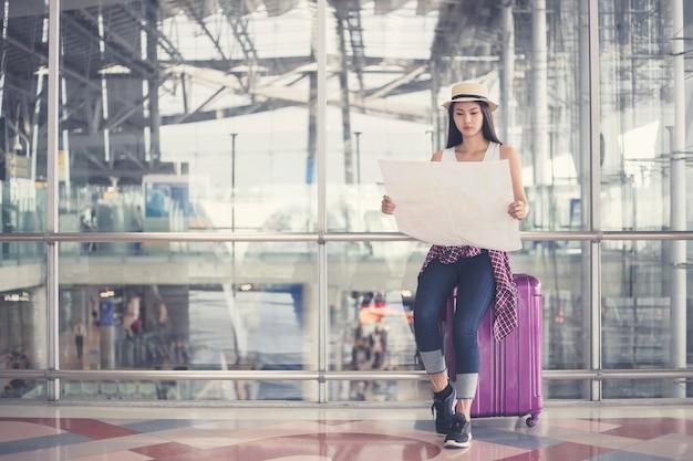 Selfie della giovane donna in aeroporto internazionale,