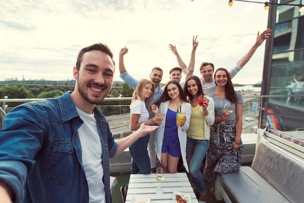 Selfie di amici a una festa