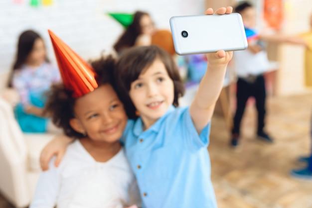 Selfie di compleanno. piccoli bambini durante le feste di compleanno.