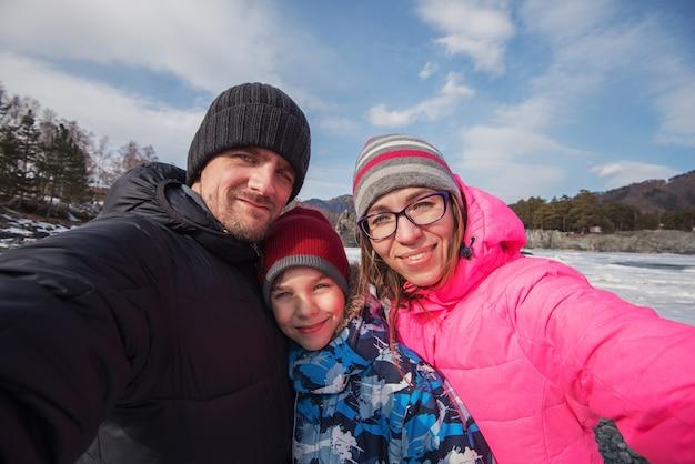 Selfie di famiglia al viaggio invernale.