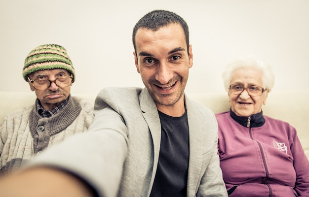Selfie di famiglia con i nonni