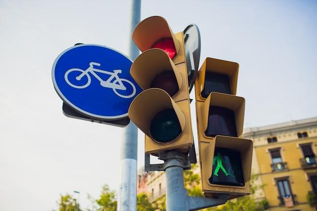 Semafori con passeggiata e uomo verde.