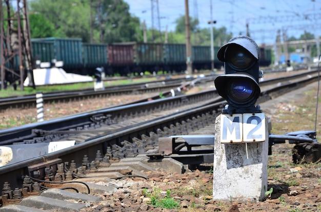 Semaforo ferroviario (semaforo) sullo sfondo di un paesaggio ferroviario di un giorno. dispositivo di segnalazione sulla linea ferroviaria