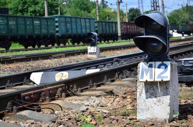 Semaforo ferroviario (semaforo) sullo sfondo di un paesaggio ferroviario di un giorno.