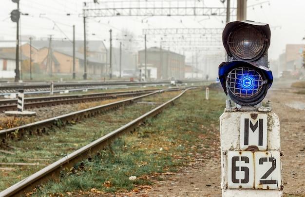 Semaforo vicino ai binari ferroviari in autunno