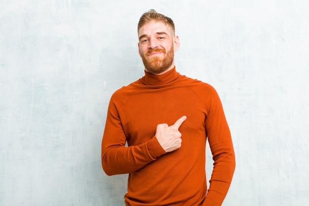 Sembrare orgoglioso, fiducioso e felice, sorridendo e indicando se stesso o facendo il segno numero uno