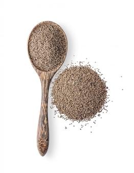 Seme di erbe del perilla in cucchiaio di legno isolato su bianco