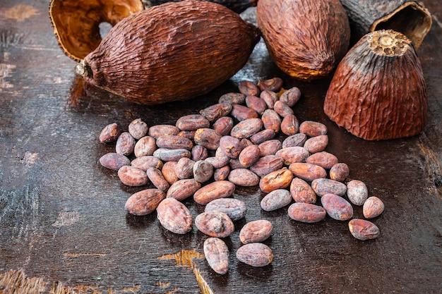 Semi di cacao e cacao secchi su un fondo di legno
