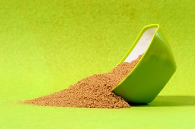Semi di coriandolo e coriandolo in polvere in contenitore verde