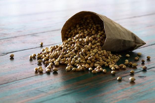 Semi di coriandolo secchi con cucchiaio di legno