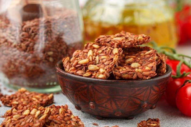 Semi di lino e girasole vegetariani fatti in casa (vegani) di cracker con pomodoro