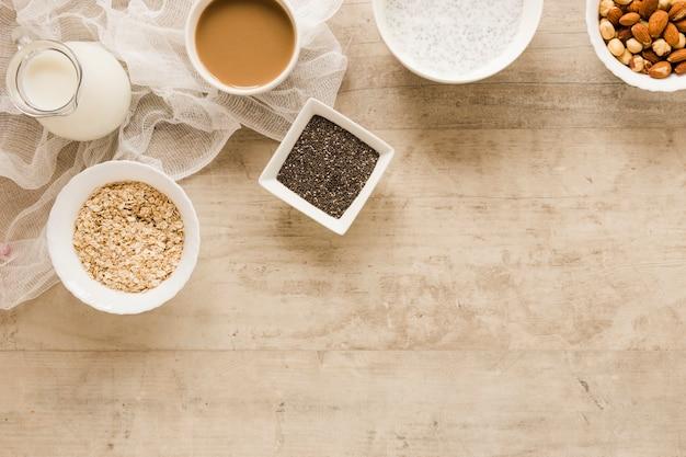 Semi e caffè piani dell'avena di disposizione con lo spazio della copia