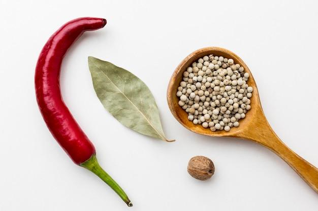 Semi e foglie di alloro pepati