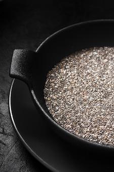 Semi nutrienti di chia in ciotola