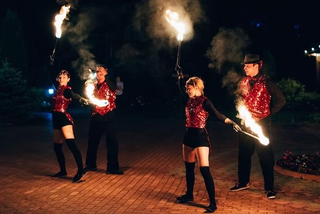 Semigorye, ivanovo oblast, russia - 26 giugno 2018: ballerini professionisti uomini e donne fanno uno spettacolo di fuoco e spettacolo pirotecnico