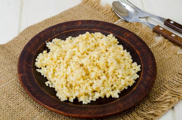 Semole di bulgur bollite, piatto vegetariano di porridgeon